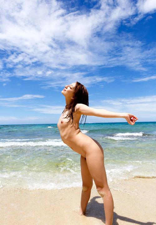 海や砂浜でおっぱい丸出しで露出してる21
