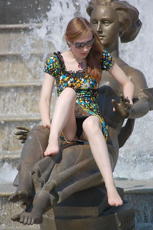 【海外パンチラエロ画像】ミニスカ外人美女のパンツ丸見えがエロ過ぎるんだがwww
