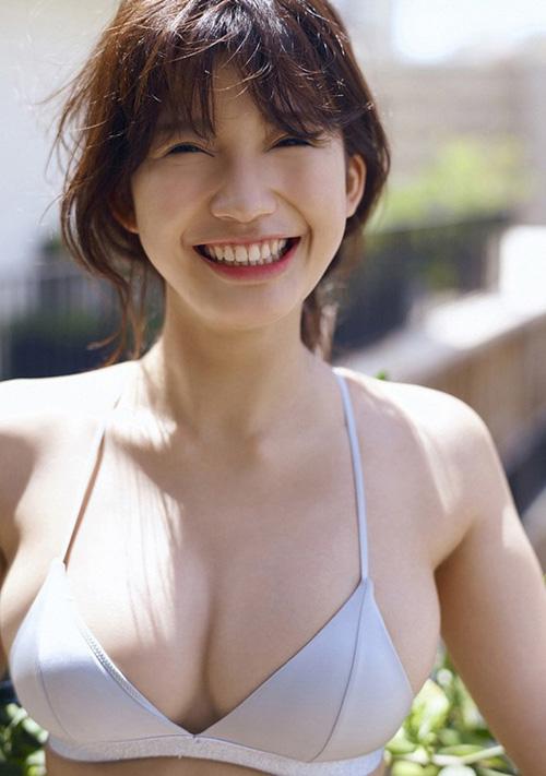 【小倉優香の胸に大きな乳房】(グラビア水着・巨乳)エロ画像60枚!