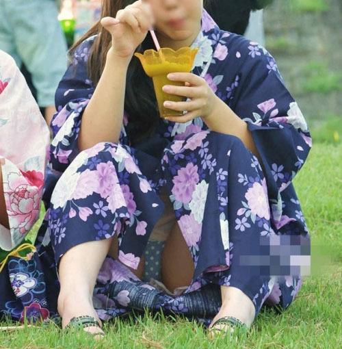 【祭りパンチラエロ画像】テンション上がり油断した10代素人の浴衣女子のパンツがモロ見えwww