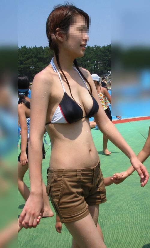 子供連れで海水浴に来ているママさんの水着姿がエロすぎるwwww(画像)
