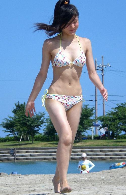 砂浜で戯れる水着娘を追跡★エロ画像50枚
