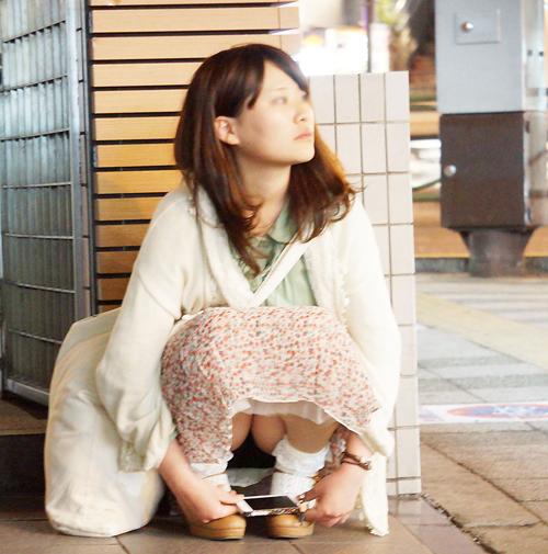 【パンチラエロ画像】無防備にしゃがみ込んでる素人美女のパンツを覗き見るwww