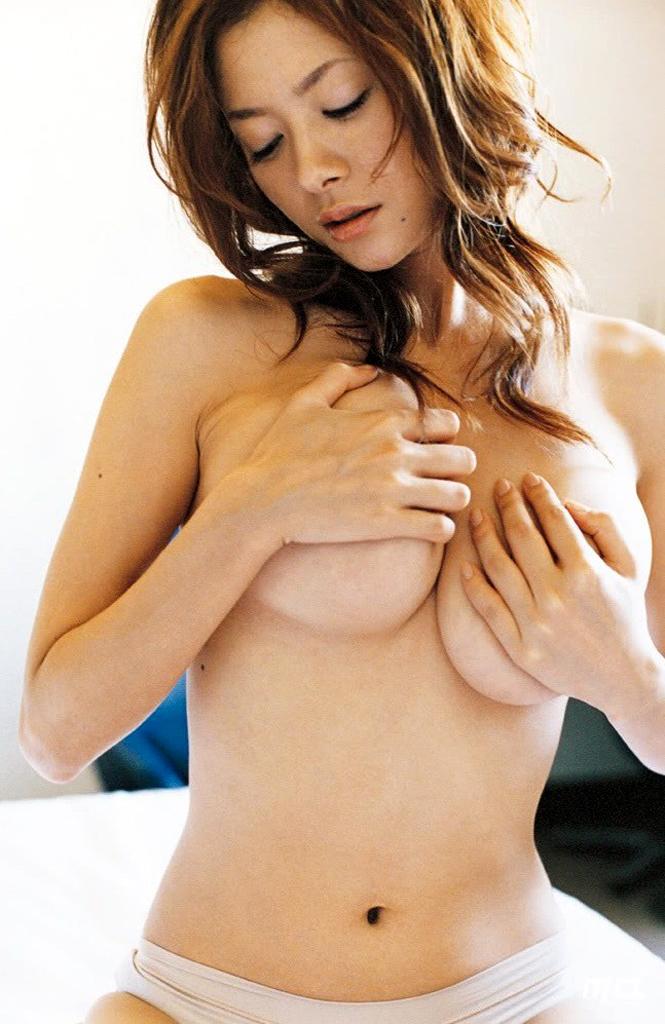 真木よう子 手ブラで隠し切れないガリ美巨乳お乳に釘付け えろ写真