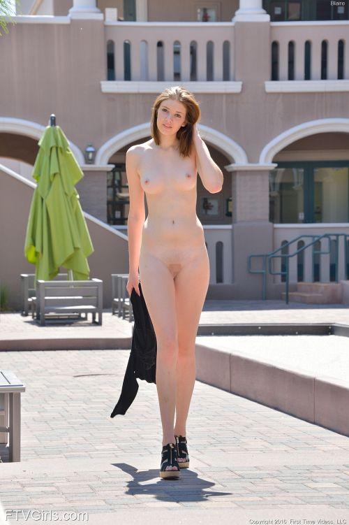 とってもキレイでちょっとエロいw 超絶可愛い美少女が楽しむスタイリッシュな野外露出www # 外人エロ画像