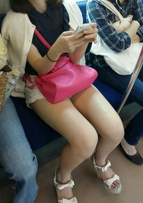 湧き上がる本能のままに電車で思わず撮った若い女の子の太もも…(画像30枚)