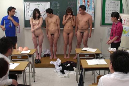 【おっぱい】生徒も教師も全裸になって保健体育で生の性教育を受けることによってセックスを学ぶ女の子たちのおっぱい画像がエロすぎる!【30枚】