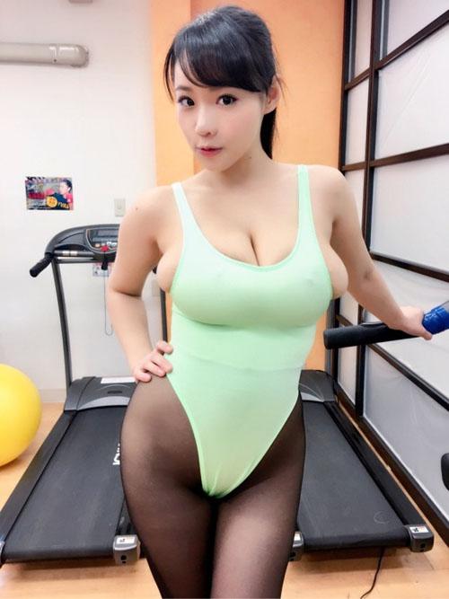 スポーツウェア着た女子の鍛え抜かれた体画像