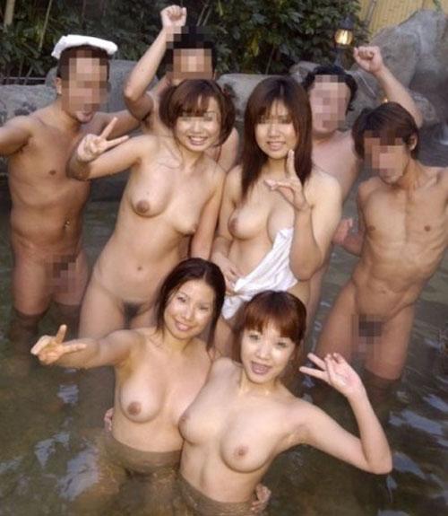 【混浴】おっぱい丸出しで温泉に浸かっちゃう女性の裸が流出!