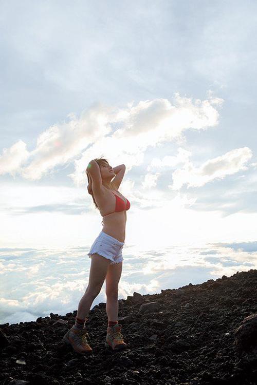 仮面女子神谷えりな 最強の地下あいどるがJAPAN一高い富士山でグラビア収録