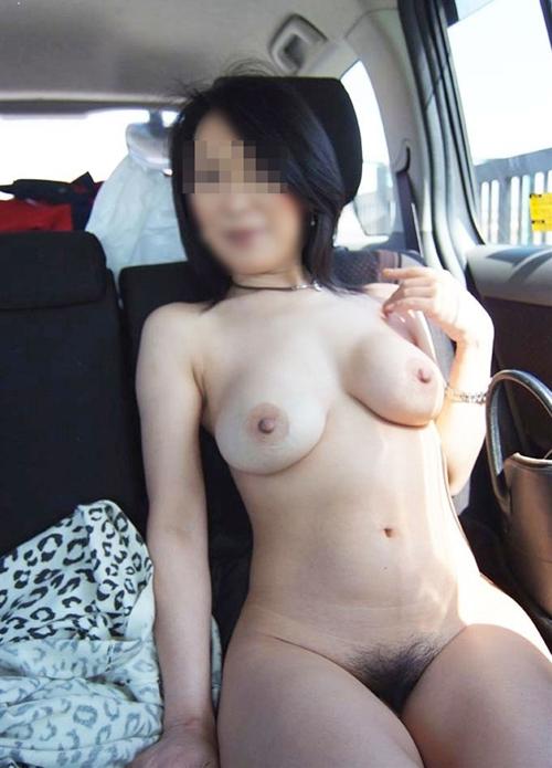 【人妻露出エロ画像】外から丸見えな車内でスリルと快楽を求めて露出する素人変態主婦たちwww