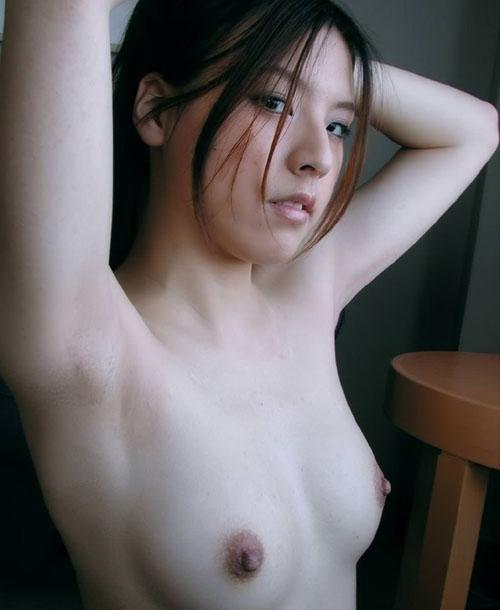 【ワキ&おっぱいエロ画像】脇の下から乳房にかけてのラインがセクシー