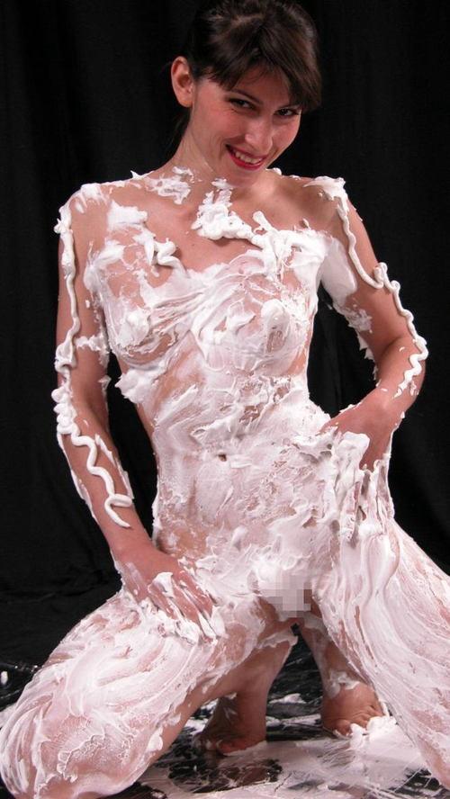 【フェチ】おっぱいや裸体にクリーム塗り塗りしている画像【エロティシズム】