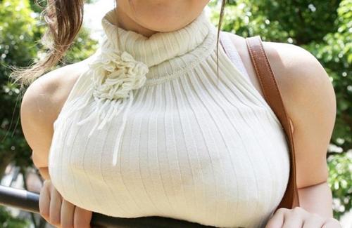 【着衣巨乳エロ画像】着衣越しでもハッキリわかる!この女巨乳だな!?www