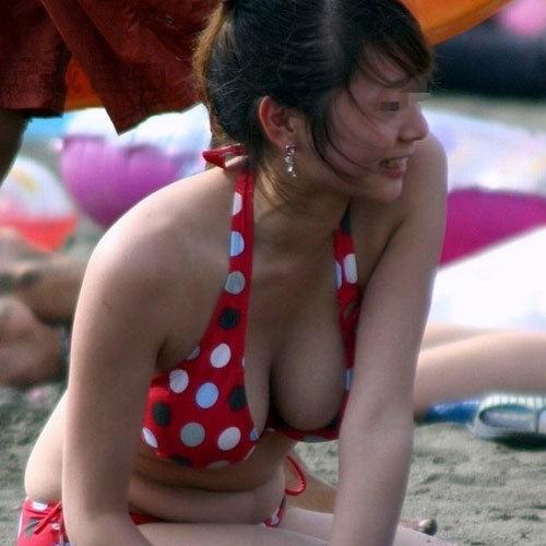 ビーチやプールでビキニ姿でおっぱいを見せつける巨乳素人がエロ過ぎ