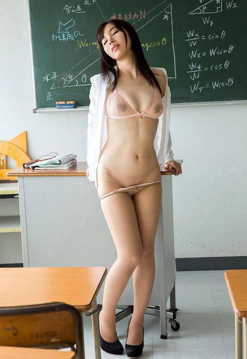 エッチな女教師が教室でおっぱい丸出し授業26