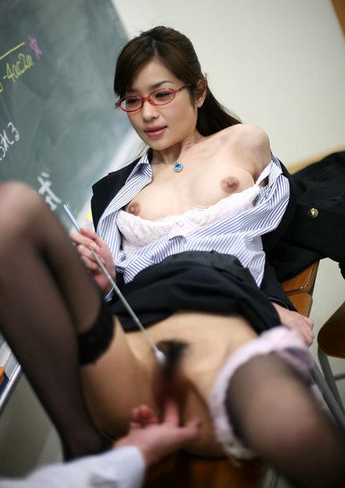 エッチな女教師が教室でおっぱい丸出し授業29