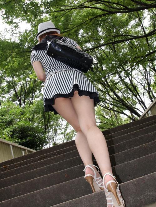 【街撮り美脚エロ画像】素人美女のセクシー生足を人目を気にせず、じっくり鑑賞www