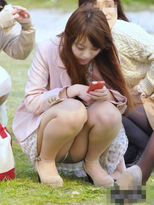 スカートで座る女はパンチラ当然★エロ画像49枚