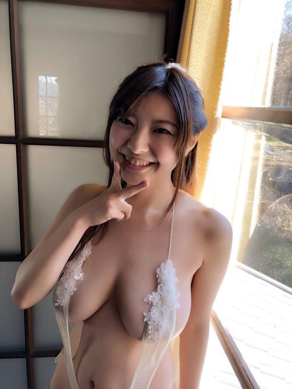 花井美理 Jカップのはみ出し過ぎな柔らか爆乳おっぱいに興奮しちゃう