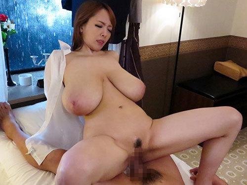 Hitomi Oカップ超爆乳おっぱいが透けて丸見えの女上司と禁断の関係に