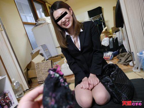 遠山雪菜 - 素人のお仕事 ~男性宅を狙った下着訪問販売~ 02