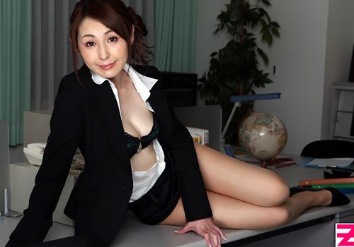 (臼井さと美)若い新任教員を挑発し職員室の机の上ではげしい性交渉しちゃうドS美人妻教師wwwwww えろムービーとえろ写真