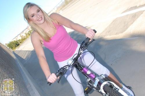 カイリー・リース - 親切なふりして自転車をパンクさせカワイコちゃんをGET THE NANPA 金8巨根隊ナンパシリーズ 01
