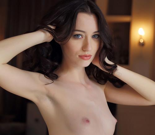 (外人モデルぬーど写真)透き通るような白い肌、絶世のモデルといっても過言じゃない美貌。で、ピンクの具がやたらえろえろ。シコリティ高いっwwwwww