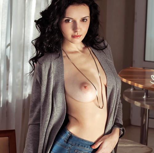 (外人モデルぬーど写真)美巨乳輪で美美巨乳。素肌に羽織ったカーディガンから覗く乳がクッソえろいエキゾチックモデルwwwwww
