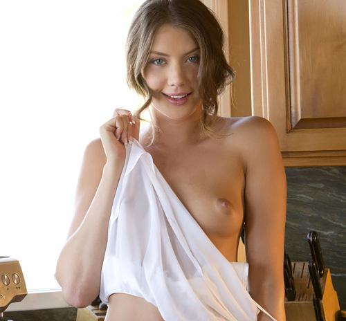 (外人モデルぬーど写真)ロシアンモデルがキッチンでコーヒータイム。リラックスし過ぎて乳ポロ・マンチラした挙句、スッポンポンにwwwwww