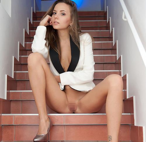 (外人モデルぬーど写真)裸に上着だけ羽織ってる美足なオネエさんの開脚まんこ見せポーズがカッコ良くて、ひたすらえろい件wwwwww