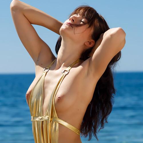 海で気分良くなってミズ着脱いじゃう外人さんww モデルでスタイル抜群とくりゃ見せたくもなるワwwww(外人えろ写真)
