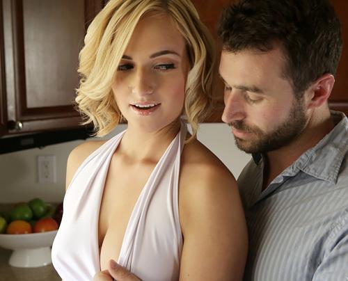 (海外えろムービーとえろ写真)ノーパン・ブラなし、超ミニワンピで皿洗いながら男を誘うカネ髪モデルww 願い叶ってキッチンセックスに突入wwwwww