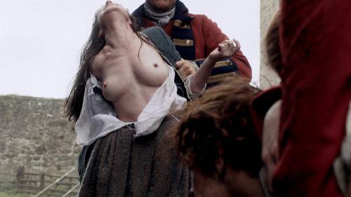 海外ドラマ『アウトランダー』でローラ・ドネリーが見せた母乳搾りシーンww勢いスゲェwww【お宝エロ画像】 05