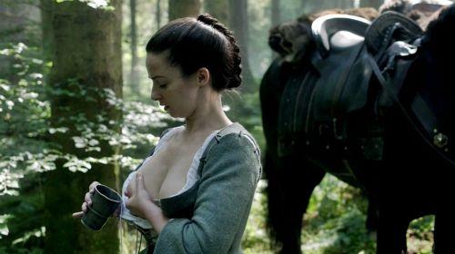 海外ドラマ『アウトランダー』でローラ・ドネリーが見せた母乳搾りシーンww勢いスゲェwww【お宝エロ画像】 15