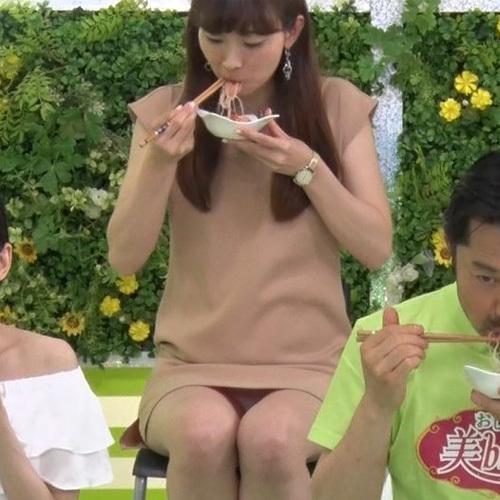 TOKYO MXでお姉さんがベージュパンティずっと見せっぱなし!丸見えすぎて2度見するレベル・・・(※エロGIF画像)