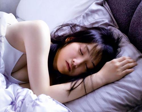 【松井玲奈】事前か、事後か?!彼女とまったりお昼寝なう、に使っていいよ的なセクシー画像
