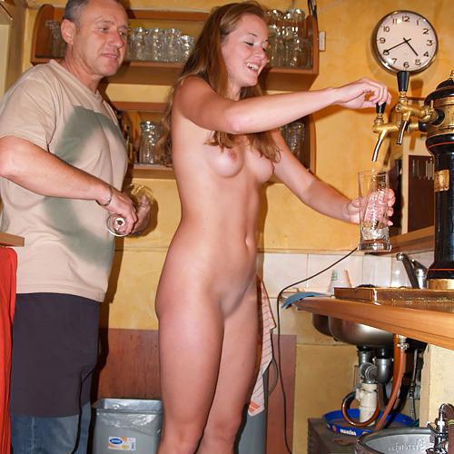 酔った客が暴走したのか店員さんか!?海外のバーは若い女の子が全裸なんだなwwww(画像15枚)