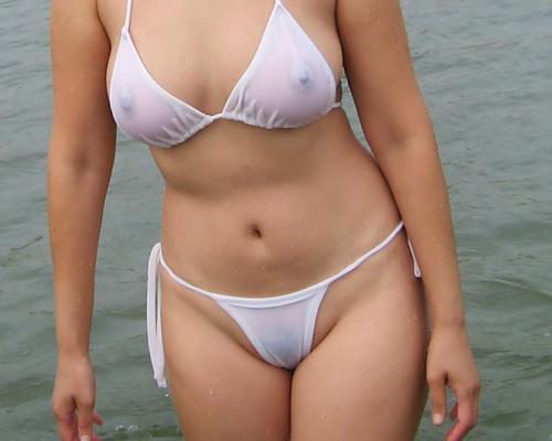 水着で乳首を透けさせるノーパッドビキニのエ□画像