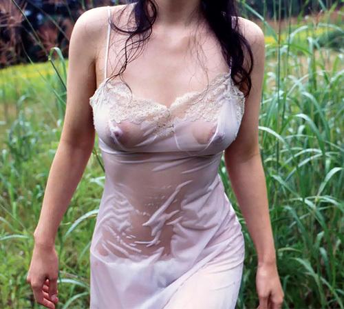水に濡れて乳首や乳輪が透けて丸見えのエロ過ぎるおっぱいに興奮しちゃう