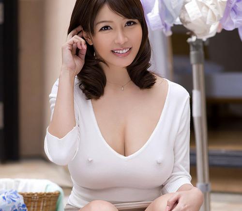 着衣美巨乳シーズン到来☆服を着ててもお乳のデカさが判っちゃうえろ写真