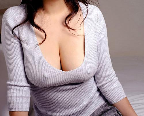 ポチッと勃起してる乳首が浮き出たお姉さんのおっぱいに釘付け エロ画像
