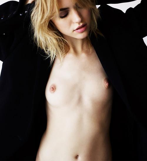 綺麗なファッションモデル、Cora Keegan のヌードグラビアwww