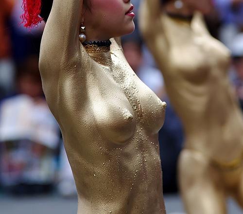 大駱駝艦の『ゴールデンズ』による金粉ショーのエロい動画www