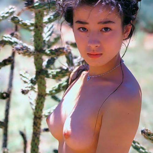 宮沢りえ の有名なピンク乳首のオッパイが眩しいヌードグラビア(18歳当時)のちょっと大きめ画像www
