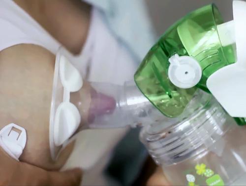 外人さんが母乳の搾乳機を使ってる時のピンク乳首がエロい動画www