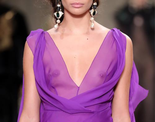 ファッションモデルのサラ・サンパイオがファッションショーで乳首が透けてるwww