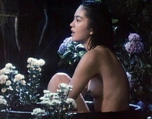 若い頃に脱いでた、女優の鷲尾いさ子のヌードシーンのGIF画像www