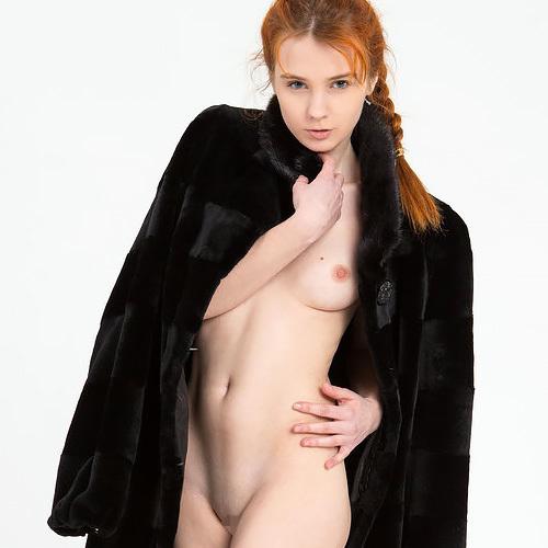 (外人美10代小娘ぬーど写真とムービー)赤毛の小娘はキュートで、とっても肌が白い。なので、まんこはもれなくキレイなピンク色☆wwwwww
